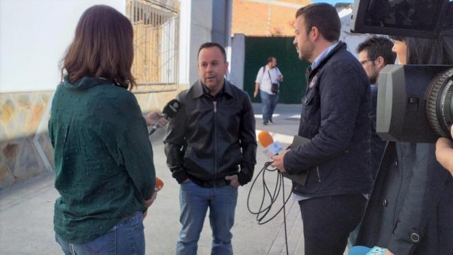 El padre del niño Sergio habla con los medios de comunicación en Alcolea (Almería)