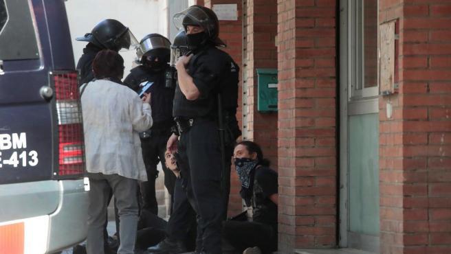 Los Mossos d'Esquadra han efectuado una breve carga y han detenido a dos jóvenes que trataban de impedir que el presidente de Ciudadanos, Albert Rivera, saliera con un vehículo de un acto.