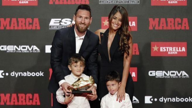 Leo Messi, con su mujer Antonella y sus hijos Thiago y Mateo, tras recibir la Bota de Oro.