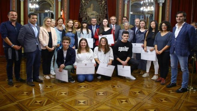 El alcalde de Bilbao, Juan Mari Aburto, entre las becas 'Doña Casilda de Iturrizar-Viuda de Epalza'