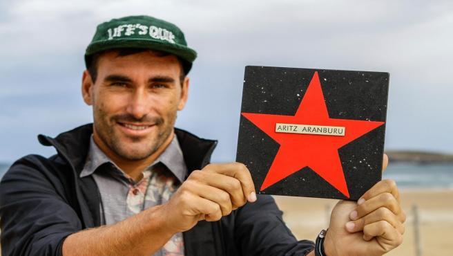 Aritz Aranburu descubre su estrella en el paseo de la fama del surf de Somo