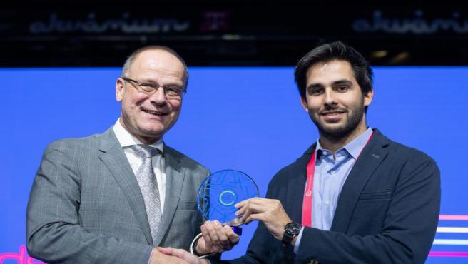 El CEO de Hyperloop UPV, David Pistoni, recibe un premio en Budapest