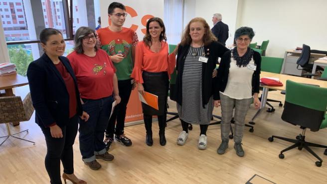 La portavoz de Ciudadanos, de naranja, junto con representantes de colectivos LGTBi y acompañada por la candidata de diputados al Congreso por Valladolid Soraya Mayo (primera por la izquierda).
