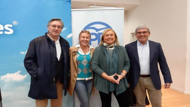 Candidatas de la coalición PP-Foro al Congreso y al Senado, Paloma Gázquez y Mercedes Fernández, con el presidente y el secretario general del PP de Gijón, Mariano Marín y Pablo González, antes de la Junta Local del PP gijonés