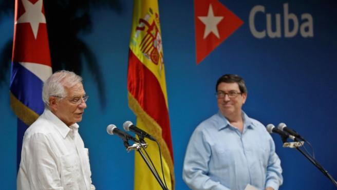 Borrel (izq.) y su homólogo cubano, Bruno Rodríguez, en una conferencia en el Ministerio de Relaciones Exteriores cubano.