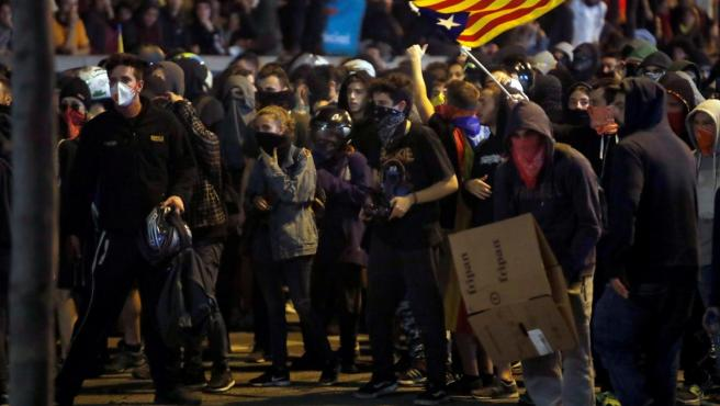 Un grupo de manifestanes se enfrenta a la Policía en Barcelona.