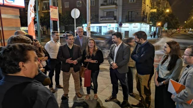 El candidato de Cs al Congreso por Sevilla, Pablo Cambronero, durante un acto electoral en la barriada de Los Remedios