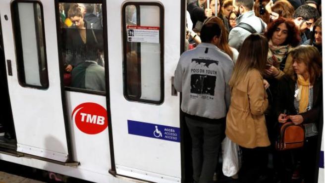 Los servicios mínimos en las líneas de Metro de Barcelona, cuyos trabajadores secundan una huelga por la presencia de amianto en las instalaciones de la infraestructura, se cumplen con normalidad desde las 6 horas, lo que no evita las incomodidades de los pasajeros, con esperas más largas y convoyes abarrotados.