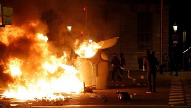 Manifestantes queman contenedores durante los disturbios ocurridos en Barcelona tras la concentración de miles de personas ante la Consellería de Interior, en el tercer día de movilizaciones contra las condenas a los líderes del 'procés'.