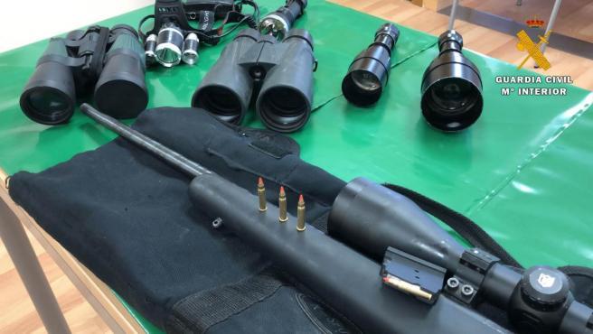 Parte de los efectos intervenidos a los dos cazadores furtivos denunciados en Autol por el SEPRONA de la Guardia Civil.