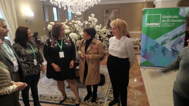 La delegada del Gobierno en Castilla y León, Mercedes Martín, en el centro de la imagen, atiende a las representantes de SATSE, acompañada a su izquierda por la subdelegada del Gobierno en Segovia, Lirio Martín.