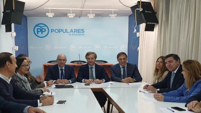 González Terol (centro) junto a responsables y representantes del PP de Salamanca.