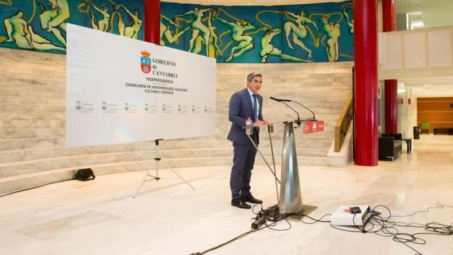 El vicepresidente y consejero de Universidades, Igualdad, Cultura y Deporte, Pablo Zuloaga, informa en rueda de prensa de los acuerdos del Consejo de Gobierno