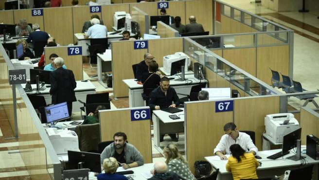 Funcionarios trabajan en la delegación Especial de la Agencia Tributaria (AEAT ) en Madrid con motivo de la Campaña de Renta 2018 situada en la calle Guzmán el Bueno de la capital.