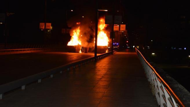 Contenedores ardiendo en la Avinguda de Blondel de Lleida