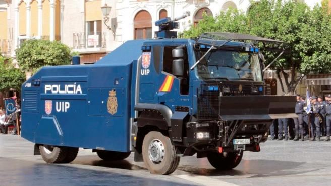 La Policía Nacional desplaza a Barcelona una tanqueta de agua para las protestas, bautizada como 'El Botijo'.