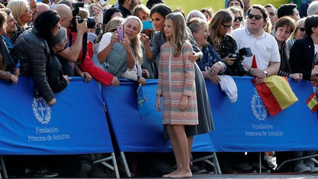 La princesa Leonor y su madre, la reina Letizia, se han detenido a saludar a los ovetenses que se han acercado a recibir a la familia real a su llegada al acto oficial de bienvenida.