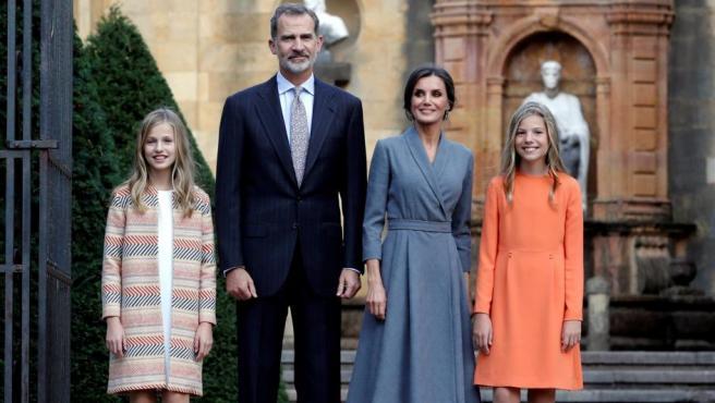 Los reyes y sus hijas han posado antes del acto ante la entrada a la Catedral de Oviedo.
