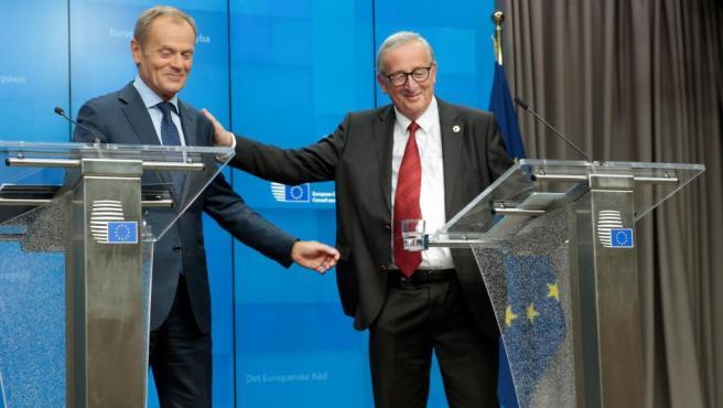 Donald Tusk, presidente del Consejo Europeo, y Jean-Claude Juncker, presidente de la Comisión Europea, durante la rueda de prensa para informar sobre el acuerdo del 'brexit'.