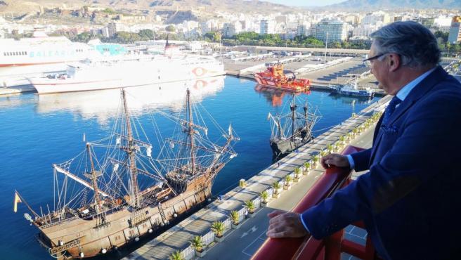 El presidente de la APA, Jesús Caicedo, contempla las réplicas de la nao Victoria y el galeón Andalucía