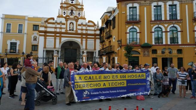 Concentración en memoria de la persona sin hogar fallecida en la Macarena