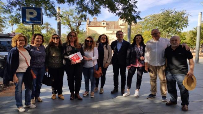 Luna (4ª izda.) con los ediles y otros militantes del PSOE durante el paseo electoral.