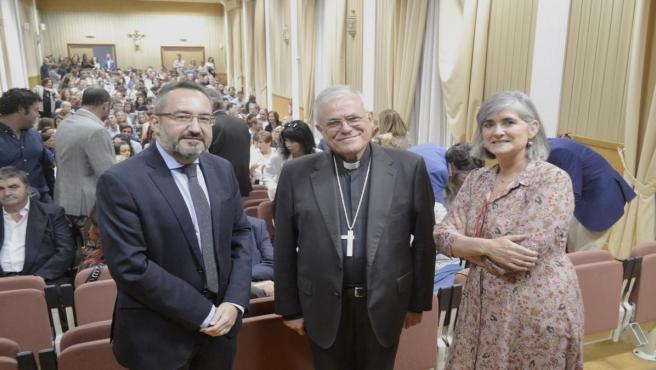 Fernández (centro), entre Muñoz de Priego y Carbonell en el acto inaugural del curso en el Palacio Episcopal de Córdoba