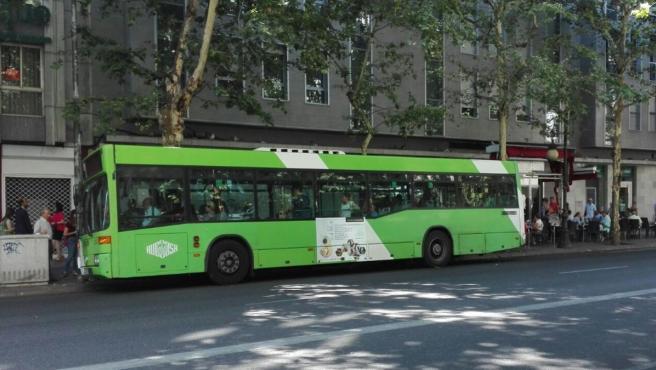 Un autobús de Aucorsa en una parada en Ronda de los Tejares, en una imagen de archivo.