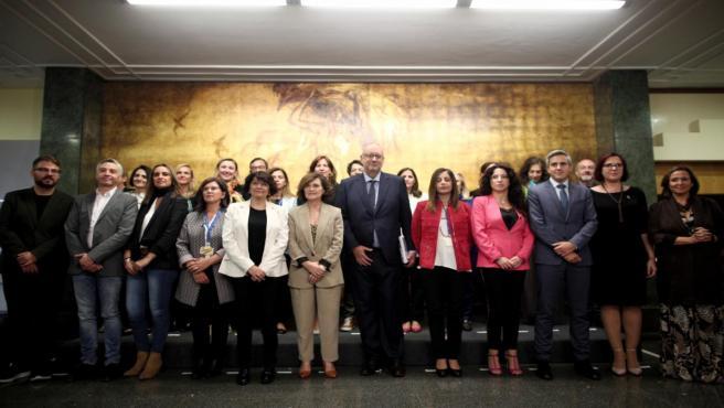 La secretaria de Estado de Igualdad, Soledad Murillo (5i) y la vicepresidenta del Gobierno en funciones, Carmen Calvo (6i), posan para la foto de familia de la reunión de la Conferencia Sectorial de Igualdad en el Complejo de Moncloa, en Madrid (España),
