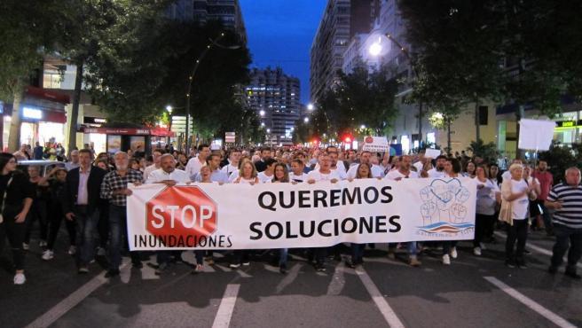 Pancarta principal manifestación inundaciones por la Garn Vía de Murcia seguida por miles de personas