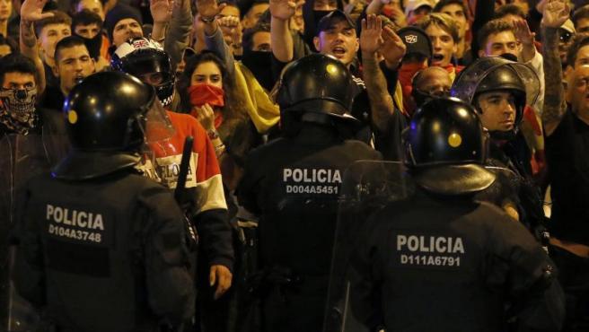 Unos 300 miembros de la ultraderecha se manifiestan para defender la unidad de España, hoy jueves en el barrio de Sarriá, Barcelona, custodiados por el cuerpo de los Mossos d,Esquadra.