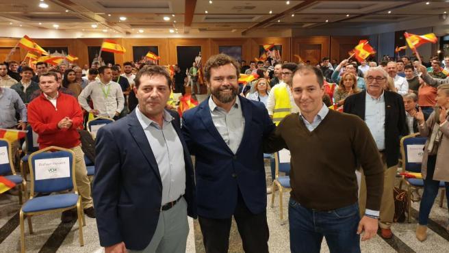 Espinosa de los Monteros (centro) junto al presidente provincial de Vox, Rafael Revert (izq.) y el cabeza de lista al Congreso por Vox Salamanca, Víctor González (dcha.) en el acto en Salamanca