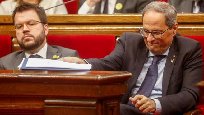 El presidente de la Generalitat, Quim Torra (d) junto al vicepresidente del Govern y conseller de Economía, Pere Aragonès (i).