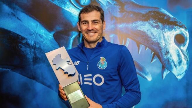 Casillas posa con el trofeo al mejor portero de la Liga portuguesa.