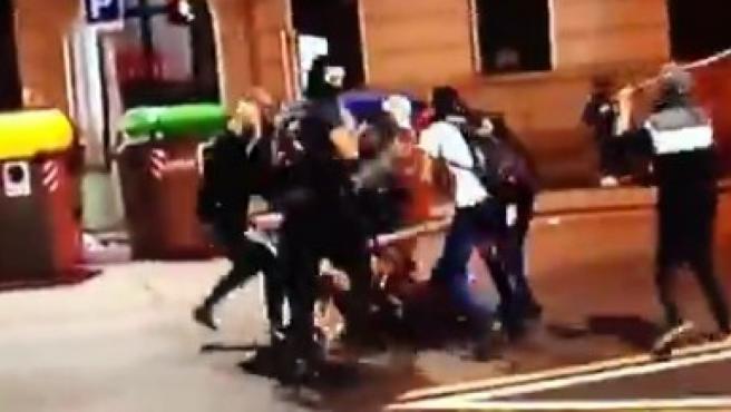 Brutal agresión de una decena de ultras con palos y patadas en el centro de Barcelona