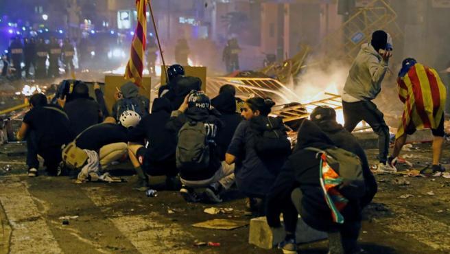 Los manifestantes independentistas lanzan piedras contras las autoridades.