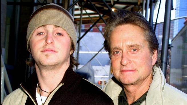 Michael Douglas y su hijo Cameron, en una imagen de 2002.
