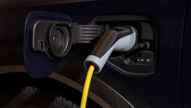 Un coche eléctrico en plena carga.