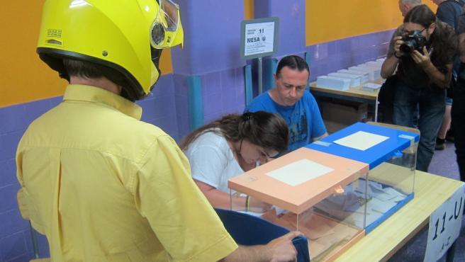 Voto por correo en el Colegio Santa Marta de L'Hospitalet de Llobregat durante la anterior jornada electoral.