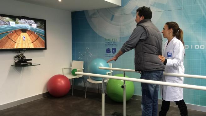 Un paciente haciendo rehabilitación con el videojuego 'VirtualRehab'.