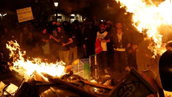 """Manifestantes tras la concentración convocada por los CDR bajo el lema """"Olimpiada Republicana"""", este jueves en los Jardinets de Gràcia de Barcelona."""