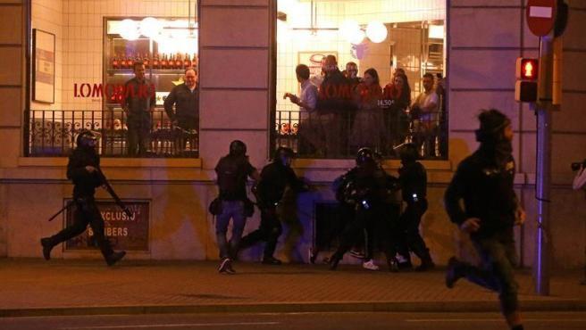 Los Mossos d'Esquadra detienen a un manifestante en Barcelona, durante los altercados tras la concentración convocada por los CDR bajo el lema 'Olimpiada Republicana'.