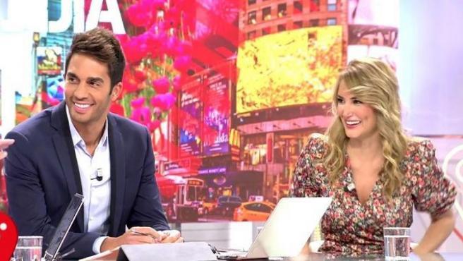 El presentador Santiago Burgoa, junto a Alba Carrillo.