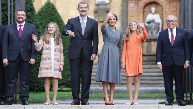 El presidente de Asturias, Adrián Barbón, la Princesa Leonor, el Rey Felipe VI, la Reina Doña Letizia, la Infanta Sofía y el presidente de la FPA, Luis Fernández-Vega, saludan a la entrada del Jardín de los Reyes Caudillos.