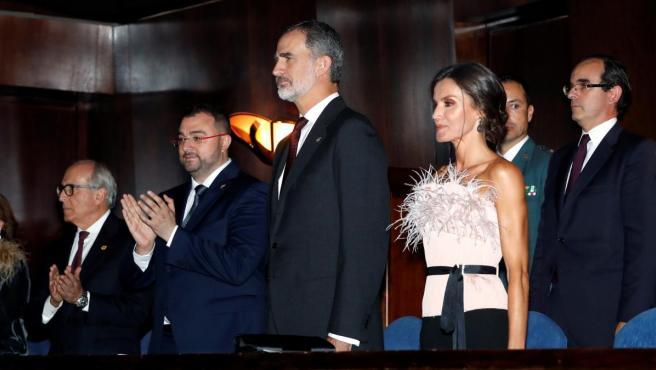 Los reyes Felipe y Letizia junto al presidente del Principado de Asturias, Adrián Barbón (2i), y el presidente de la Fundación Princesa de Asturias, Luis Fernández-Vega, a su llegada al XXVIII Concierto Premios Princesa de Asturias.