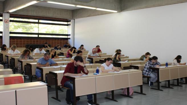 Personas realizando exámen de oposición en Albacete