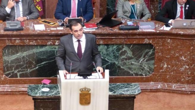El portavoz del Grupo Parlamentario VOX, Juan José Liarte, durante su intervención en el pleno monográfico sobre el Mar Menor