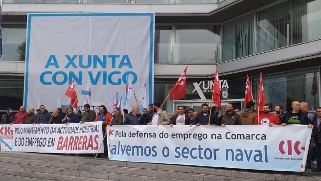 Concentración de delegados del naval de la CIG frente a la delegación de la Xunta en Vigo.