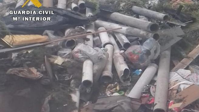 Imagen facilitada por la Guardia Civil sobre los escombros con residuos de materiales con amianto