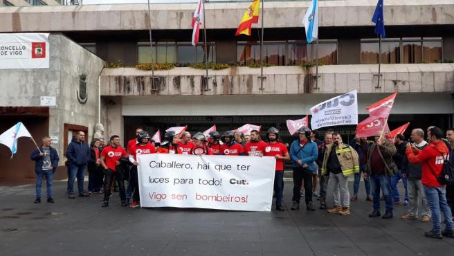 Bomberos ante la puerta del Ayuntameinto de Vigo.
